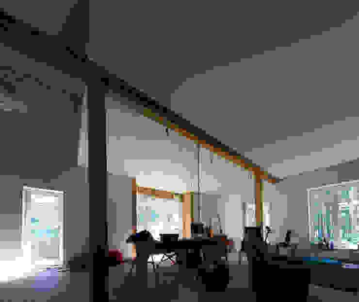 Дом в уровнях Гостиная в скандинавском стиле от Snegiri Architects Скандинавский