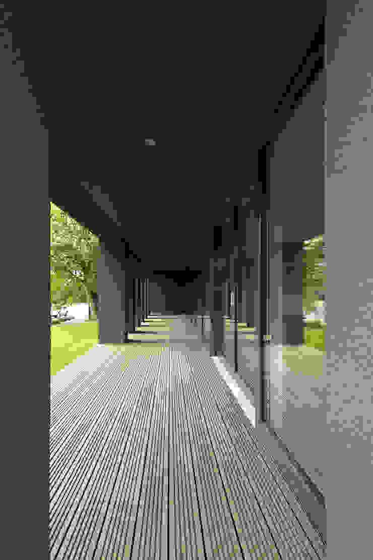 Haus SLM Moderner Balkon, Veranda & Terrasse von archequipe Modern