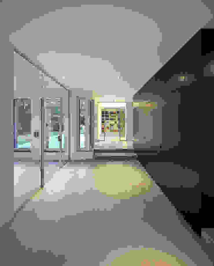 Haus SLM Moderner Flur, Diele & Treppenhaus von archequipe Modern