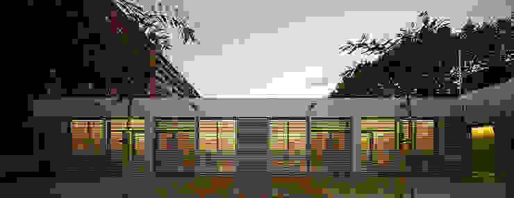 GUARDERÍA PERÚ Paredes y suelos de estilo moderno de PICHARCHITECTS Moderno