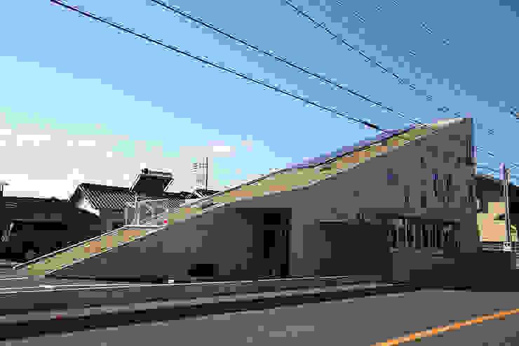 slope モダンな 家 の カーポス工作所一級建築士事務所 モダン