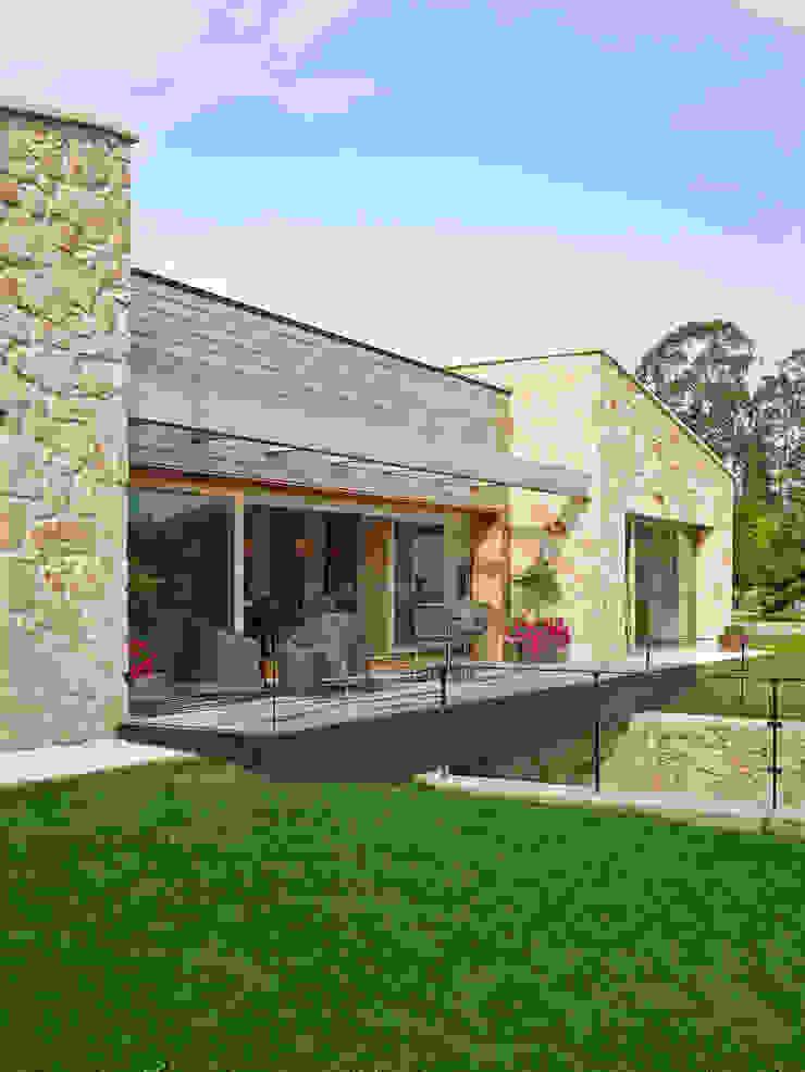 Rustikale Häuser von HUGA ARQUITECTOS Rustikal