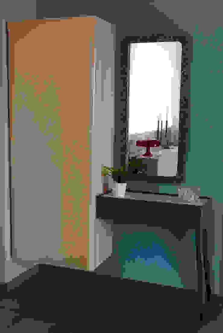 Colore e calore: riqualificazione di una villa Ingresso, Corridoio & Scale in stile moderno di marco olivo Moderno