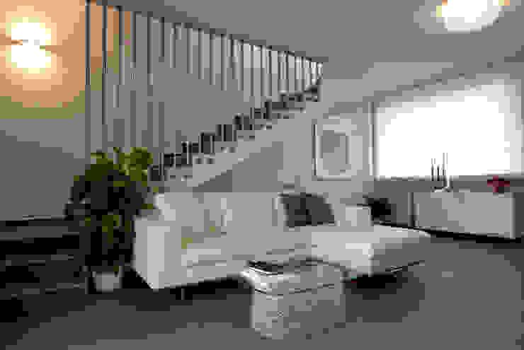 Colore e calore: riqualificazione di una villa Soggiorno moderno di marco olivo Moderno