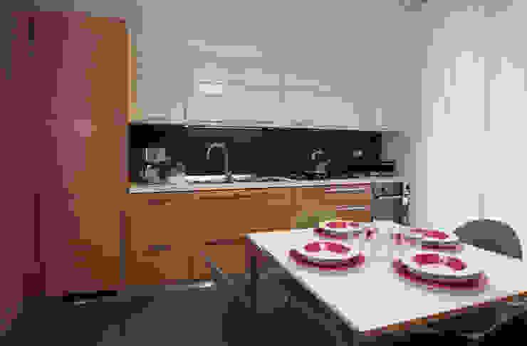 Colore e calore: riqualificazione di una villa Cucina moderna di marco olivo Moderno