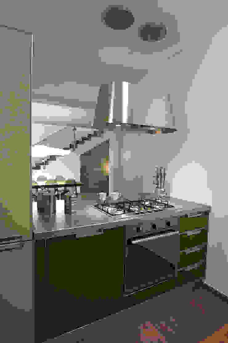 Colore e calore: riqualificazione di una villa Sala da pranzo moderna di marco olivo Moderno