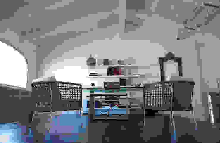 Suggestioni abitative tra materia e trasparenze. Case moderne di Studio Chigiotti Moderno