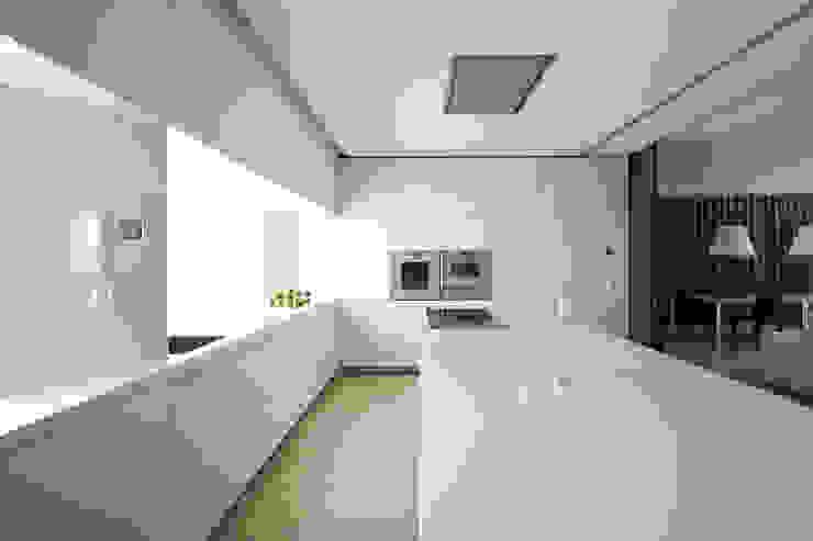 Cucina minimalista di Vaíllo & Irigaray Minimalista