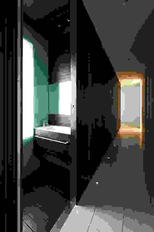 A HOUSE Pasillos, vestíbulos y escaleras de estilo minimalista de Vaíllo & Irigaray Minimalista