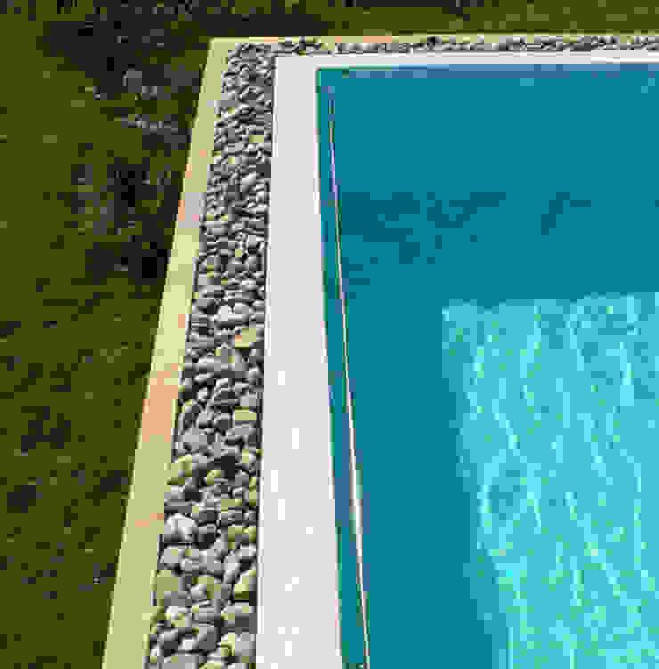 Una piscina su misura. Piscina moderna di Studio Chigiotti Moderno