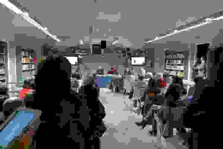 SALA POLIVALENTE: AUDITORIUM di daniele galliani Minimalista