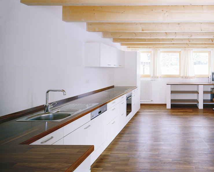 Cucina moderna di FinsterwalderArchitekten Moderno