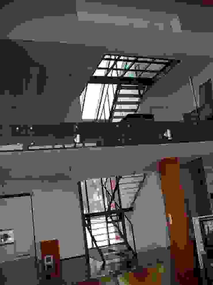 HOME DESIGN 1 Industrialer Flur, Diele & Treppenhaus von Planungsbüro GAGRO Industrial