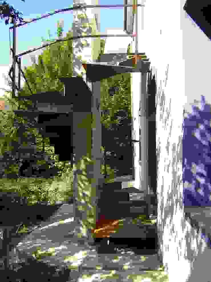 Da abitazione a centro culturale con residenza:  in stile industriale di Dalla Vecchia Ingegneri & Architetti Associati, Industrial