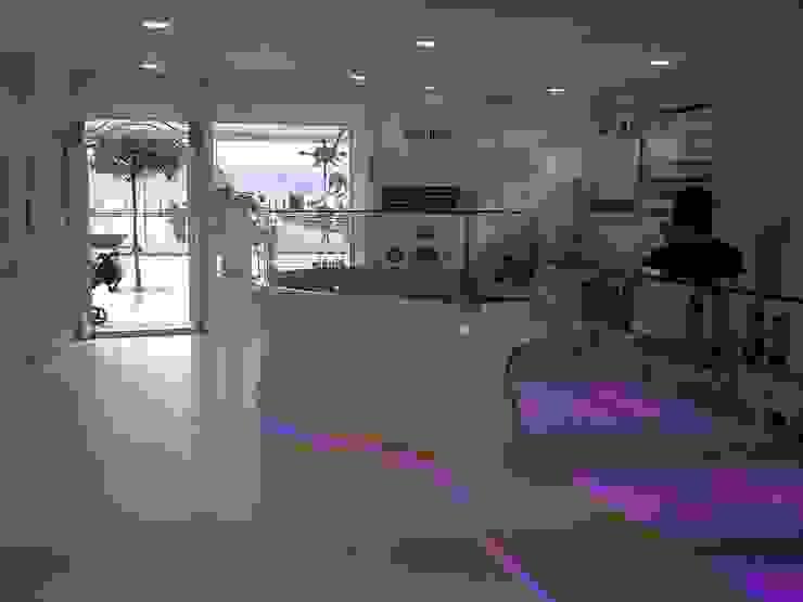 Yogurtería en Baiona Oficinas y tiendas de estilo moderno de MUIÑOS + CARBALLO arquitectos Moderno