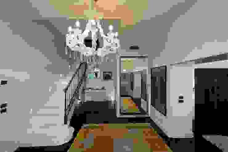 ห้องโถงทางเดินและบันไดสมัยใหม่ โดย studiodonizelli โมเดิร์น