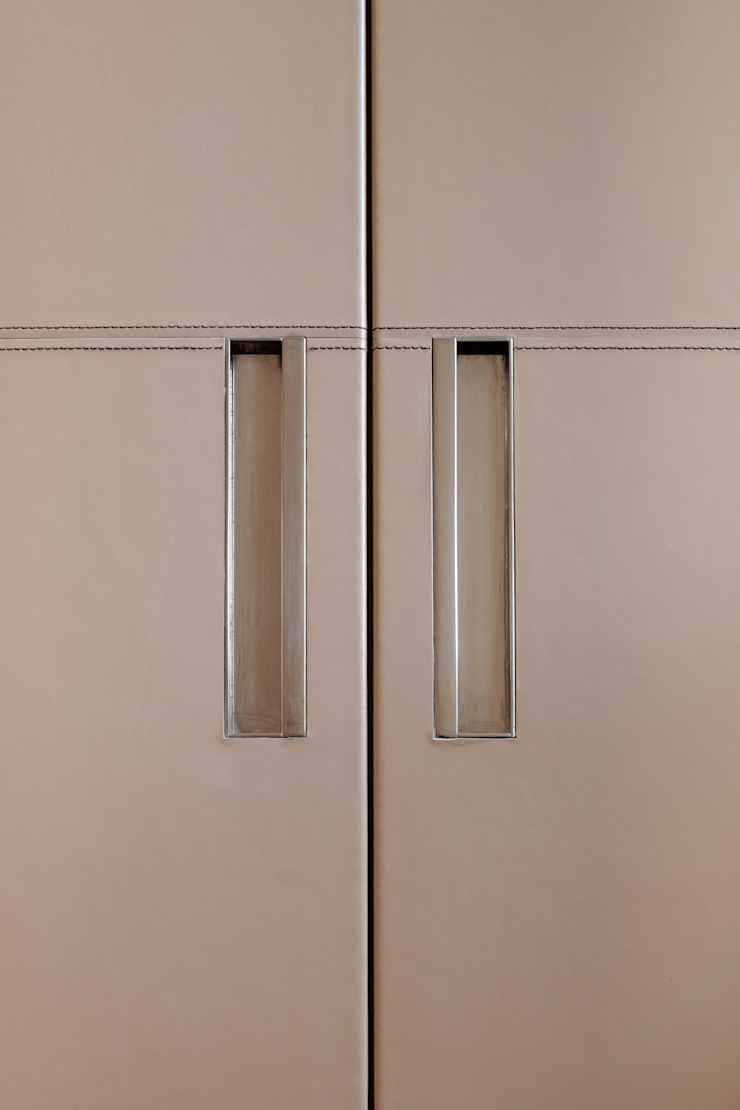 dettaglio maniglie armadi di ANG42 Moderno