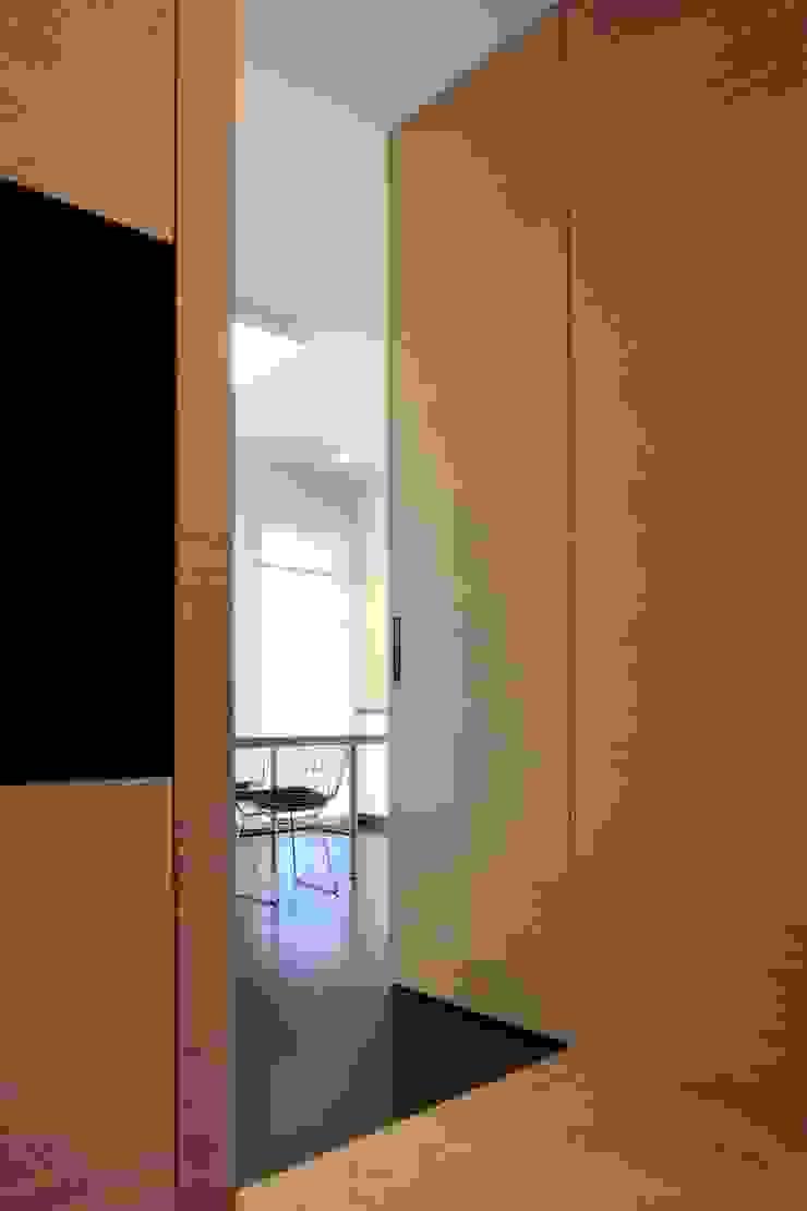 ACCESSO CUCINA Ingresso, Corridoio & Scale in stile moderno di ANG42 Moderno