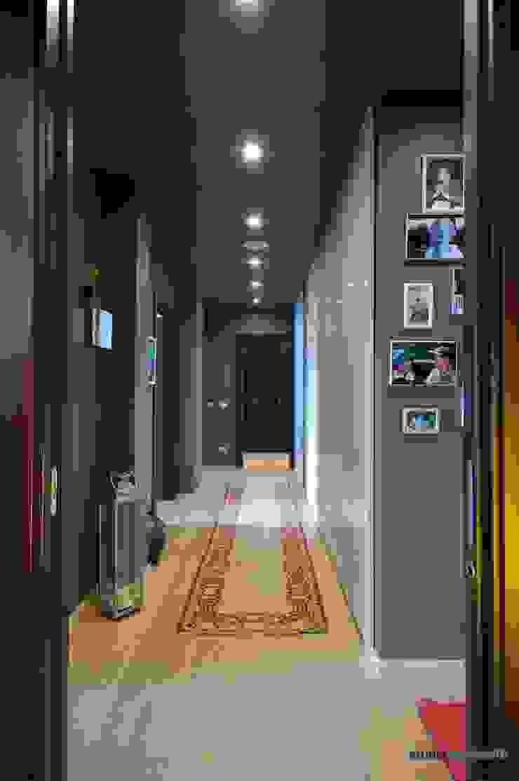 Casa Carilla - Ingresso Ingresso, Corridoio & Scale in stile moderno di studiodonizelli Moderno