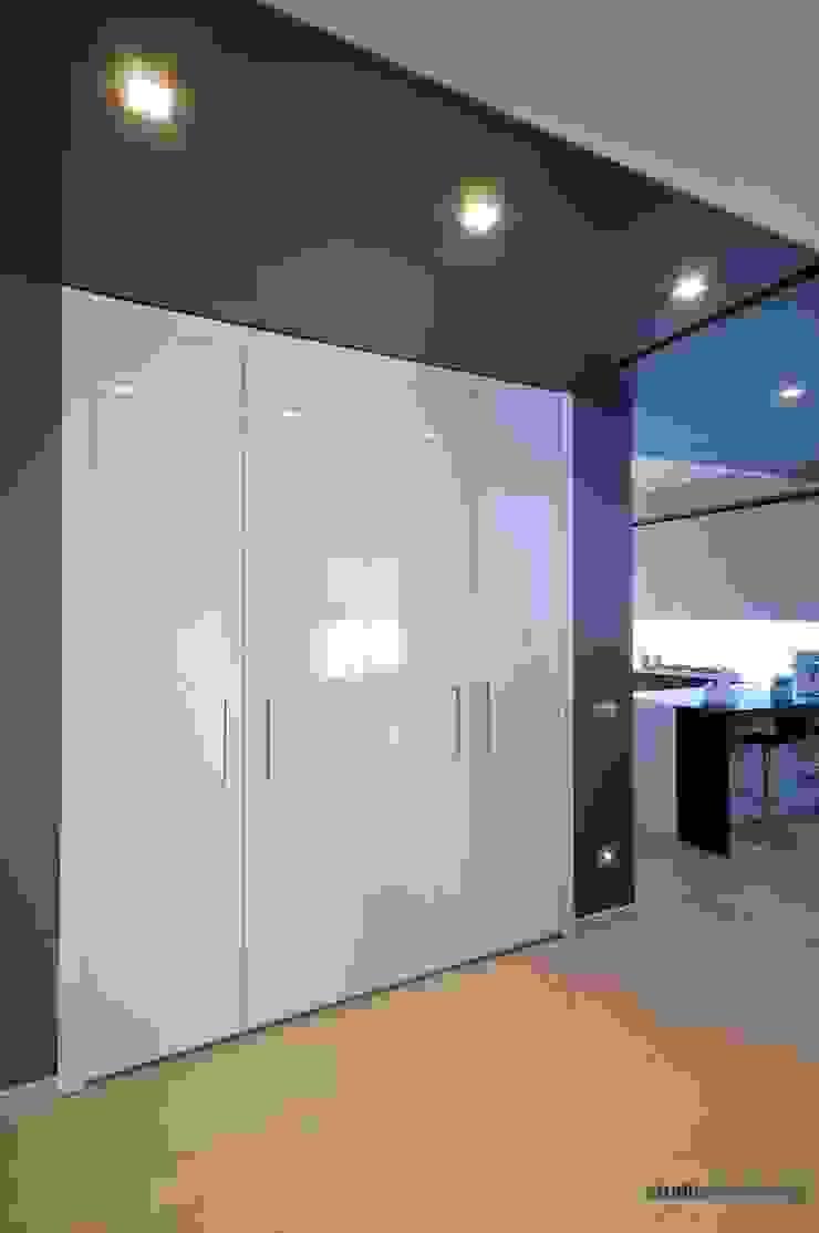 Casa Carilla - Armadio ingresso Ingresso, Corridoio & Scale in stile moderno di studiodonizelli Moderno