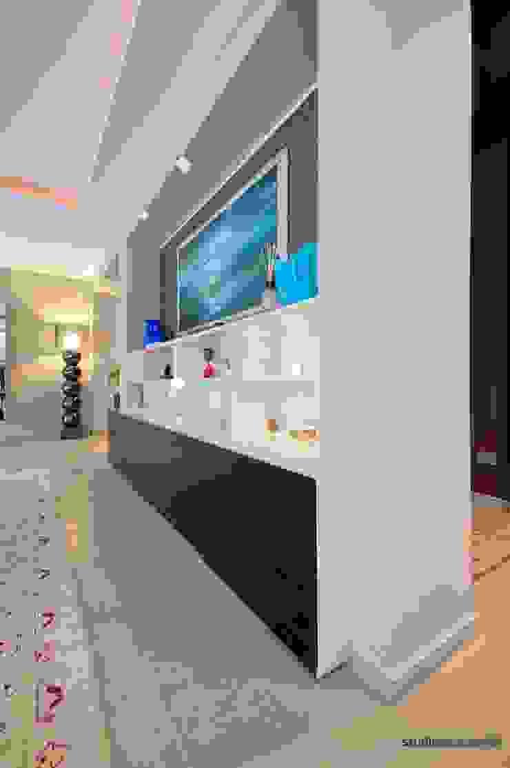 Casa Carilla - mobile soggiorno a servizio della zona pranzo Sala da pranzo moderna di studiodonizelli Moderno Legno Effetto legno