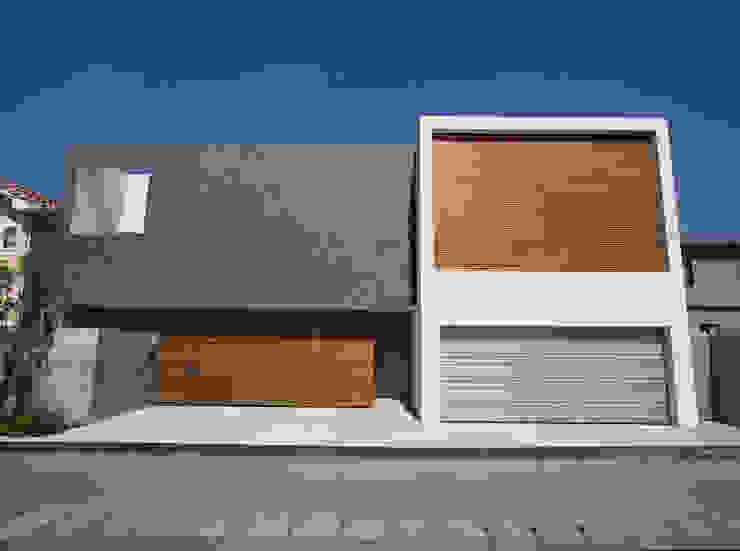 外観 正面 モダンな 家 の Atelier Square モダン