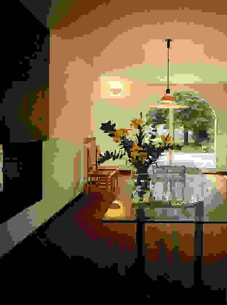 In campagna intorno a un camino Case moderne di Studio Chigiotti Moderno