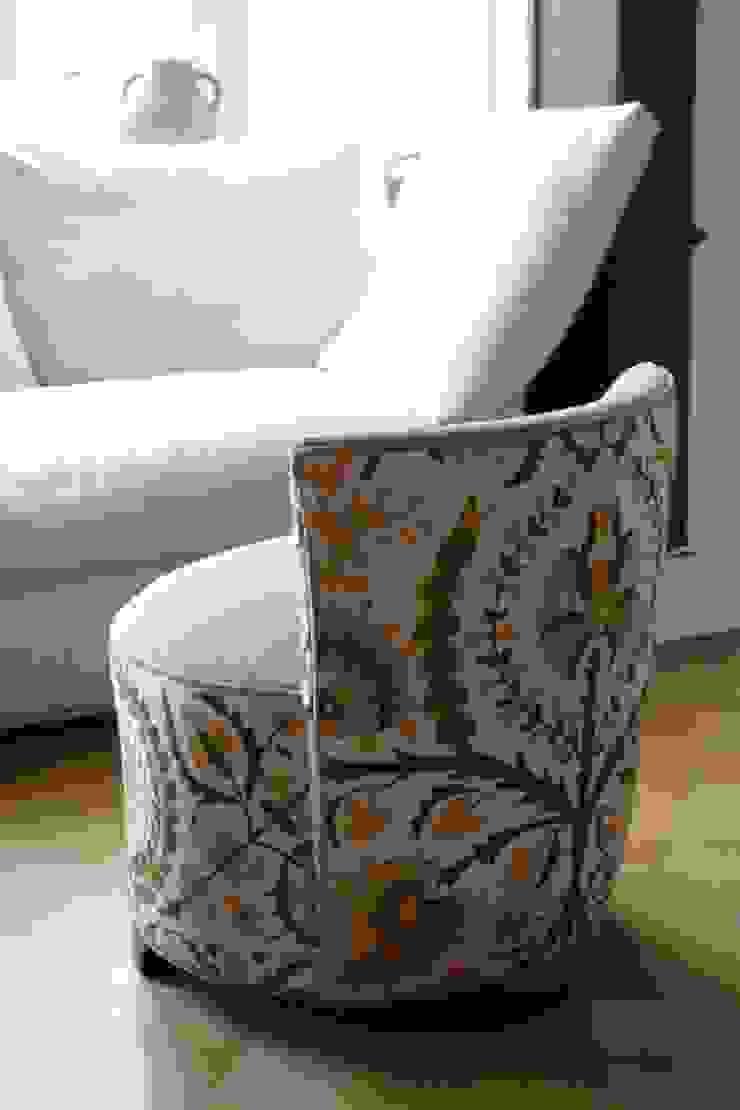 Bezugsarbeit Sessel: modern  von Strigo GmbH,Modern