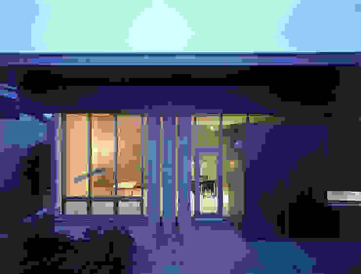 庭からリビングルームを望む モダンデザインの テラス の JWA,Jun Watanabe & Associates モダン
