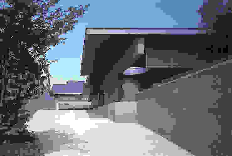 南アプローチ全景 JWA,Jun Watanabe & Associates モダンデザインの リビング