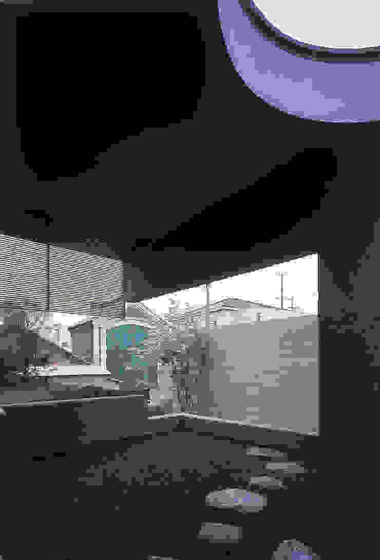 前面の軒簾を露地から見る モダンな庭 の JWA,Jun Watanabe & Associates モダン