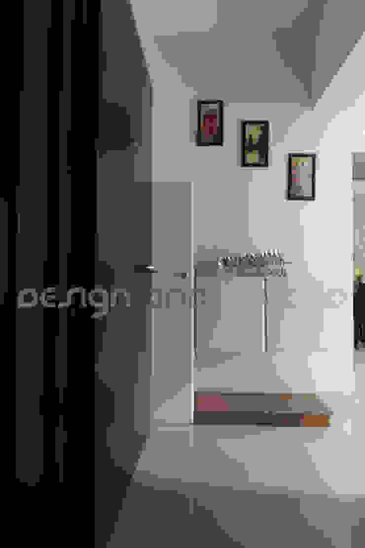 Entrance Lobby Modern houses by Design and beyond Modern