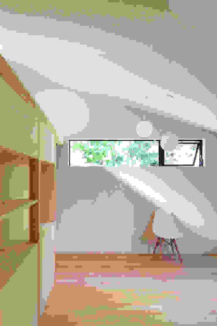 稜線の家 モダンスタイルの寝室 の ウタグチシホ建築アトリエ/Utaguchi Architectural Atelier モダン