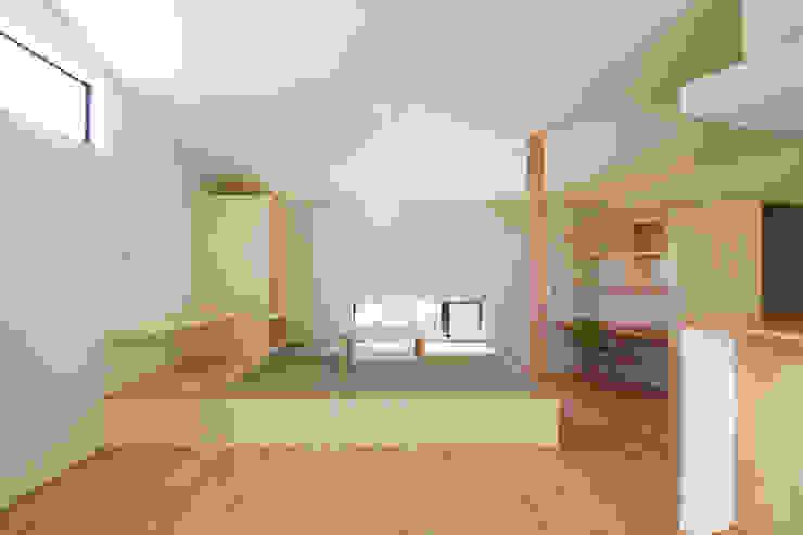 Salones de estilo moderno de ウタグチシホ建築アトリエ/Utaguchi Architectural Atelier Moderno