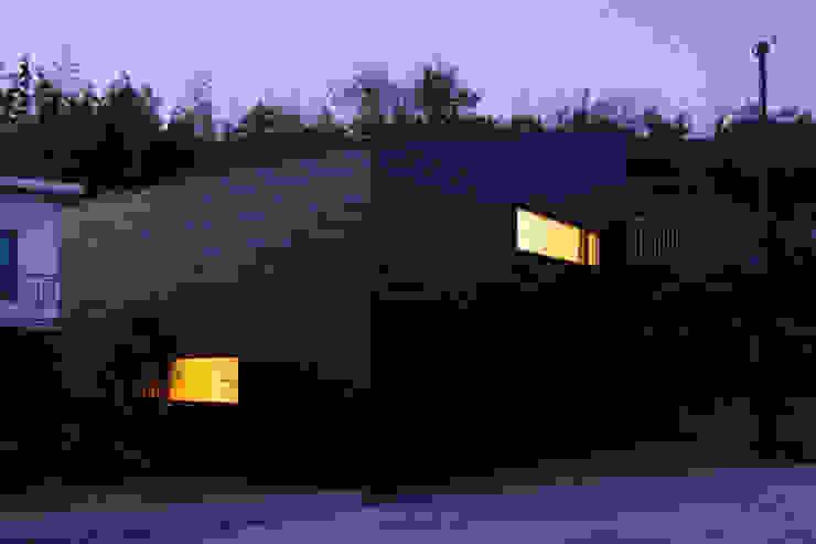 Casas de estilo  por ウタグチシホ建築アトリエ/Utaguchi Architectural Atelier