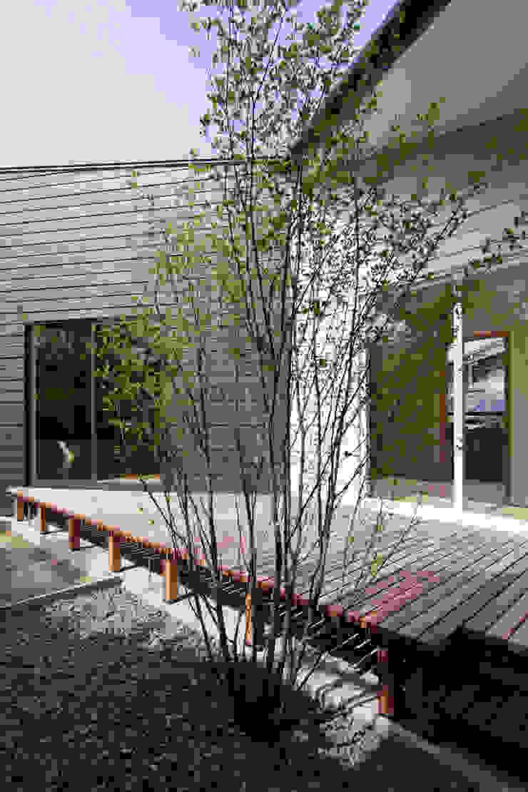 稜線の家 ベランダのデザインアイデア・インスピレーション・写真 の ウタグチシホ建築アトリエ/Utaguchi Architectural Atelier