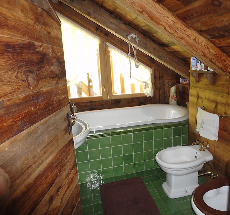 Banheiros rústicos por zanella architettura Rústico