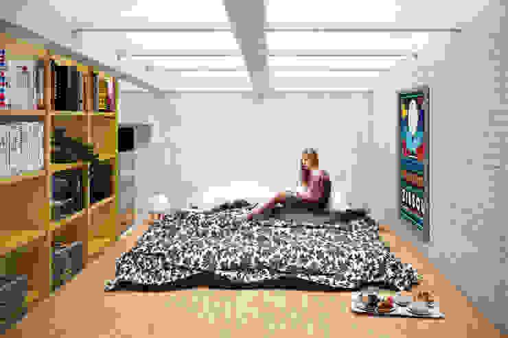Camera da letto_Soppalco Soggiorno in stile industriale di bytheways Industrial
