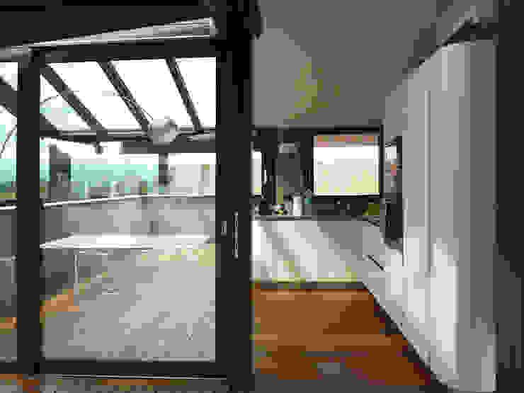Ristrutturazione di mansarda con terrazzo e veranda di Studio Restagno Moderno
