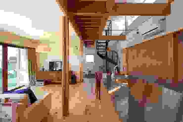 キッチンから玄関を見る 伊藤瑞貴建築設計事務所 北欧デザインの リビング