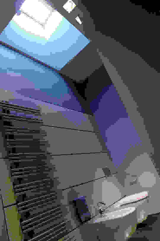 Attico di luce a Ravenna Bagno moderno di Atelièr di progettazione Moderno