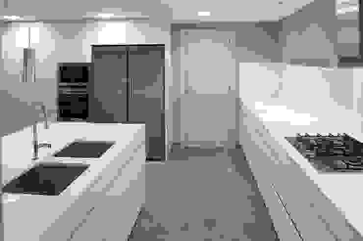 Interiorismo piso Barcelona Cocinas de estilo minimalista de Isa de Luca Minimalista