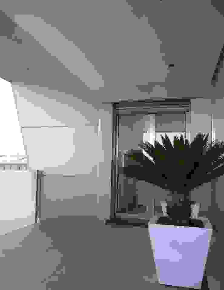 VIVIENDA UNIFAMILIAR ADOSADA C/MONASTERIO DE LEYRE Casas de estilo moderno de MYO arquitectura y urbanismo Moderno
