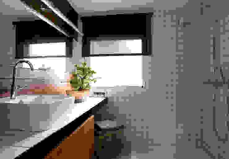 Banheiros clássicos por BONBA studio Clássico