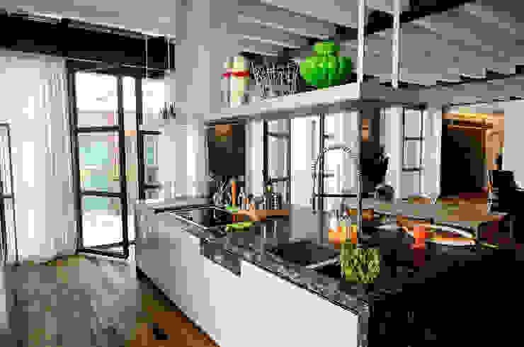 Cocinas de estilo moderno de Massimo Adiansi Architetto Moderno