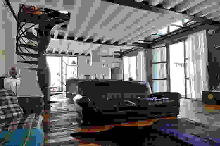 Livings de estilo industrial de Massimo Adiansi Architetto Industrial