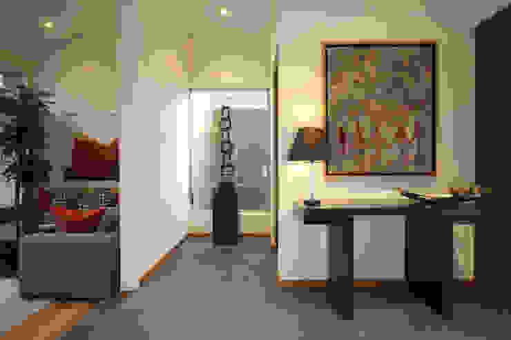 Pasillos, vestíbulos y escaleras de estilo moderno de ARQUIPLAN Moderno