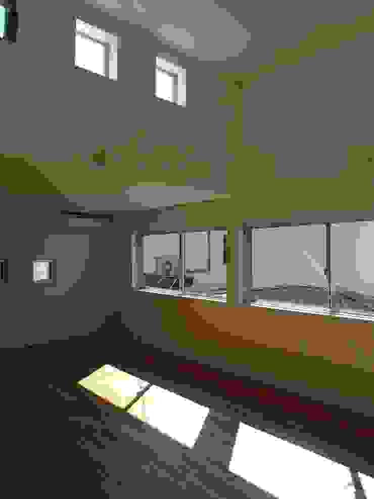 Phòng khách phong cách tối giản bởi 桑原建築設計室 Tối giản