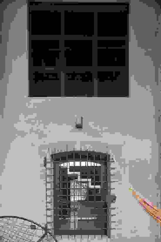 Recupero di un edificio rurale situato all'interno del tessuto urbano Case moderne di ariano architettura Moderno