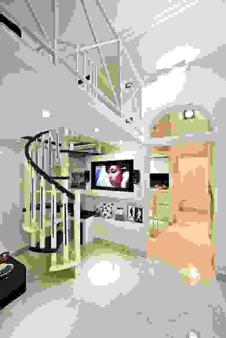 spiral staircase Case moderne di Pavart SRL Moderno